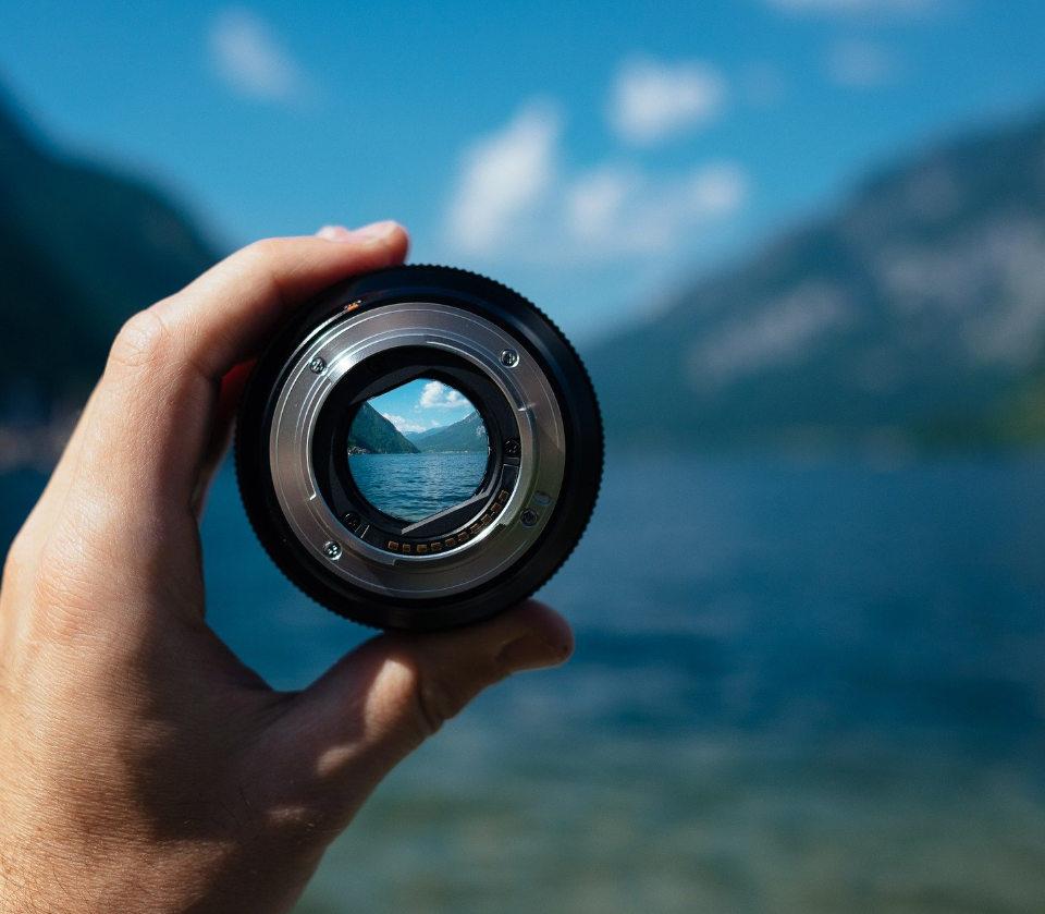 Obiettivo fotografico che inquafra un panorama - Grafiche fotografie e immagini Torino - Smart-siti-web-agency-Torino